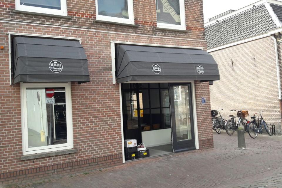 Markiezen plaatsen voor restaurant \'Burgers and Pancakes in IJsselstein